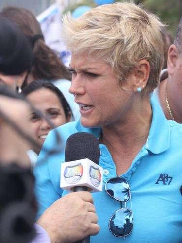 A apresentadora Xuxa esteve na passeata Mundo Azul, que aconteceu neste domingo (7), no Leblon, Rio de Janeiro. A caminhada tem como objetivo conscientizar a população sobre o autismo e garantir o direito dos autistas