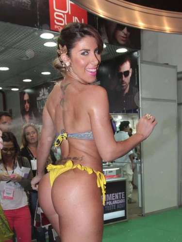 Tati Minerato foi à Hair Brasil neste domingo (07)