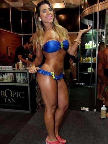 Ana Paula Minerato foi à Hair Brasil nesta segunda-feira (08)