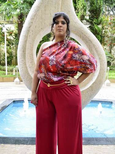 As blusas estampadas e de um ombro só também foram marcantes na coleção plus size inspirada na delegada Helô