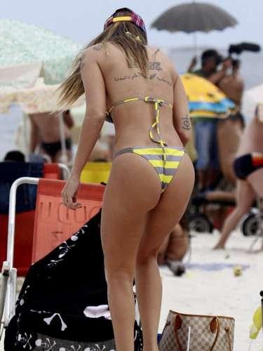 Abril 2013 - A ex-panicat Lizi Benites foi vista neste sábado (13) tirando fotos de si mesma na praia da Barra da Tijuca, no Rio. Ao lado de amigos, a modelo postou um foto no Instagram comemorando o dia do beijo