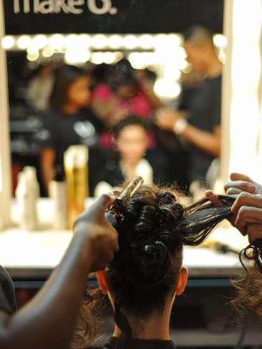 Os cabeleireiros da Apoena utilizaram babyliss e os cachos foram bagunçados com a mão, além de pente e spray fixador