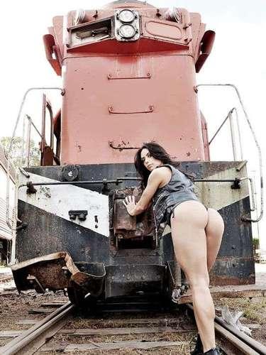Apresentadora do programa Malícia, do Multishow, Graciella Carvalho realizou ensaio sensual na quarta-feira (24), na antiga estação ferroviária da cidade de Rio Claro, no interior de São Paulo. Nas fotos, ela apareceu com um novo visual, de cabelos mais escuros