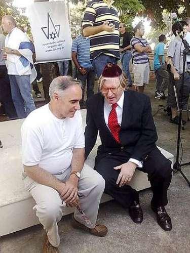 O rabino Henry Isaac Sobel (D), ex-presidente da Congregação Israelita Paulista (CIP), foi detido em 2007 acusado de furtar quatro gravatas em três lojas de grife em Palm Beach, no Estado da Flórida, nos Estados Unidos. Ele foi liberado no dia seguinte, após pagamento de fiança estimada em US$ 1 mil. Sobel, após a prisão, afirmou ter tomado medicamentos sem prescrição médica e disse não lembrar do que aconteceu