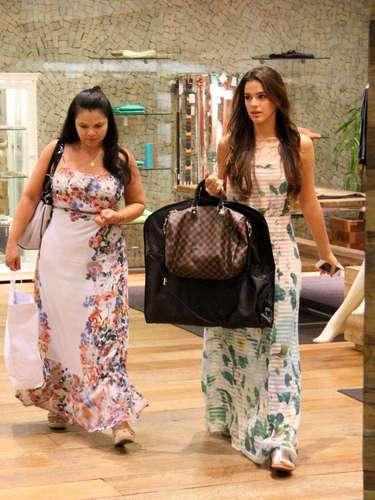 Em março de 2013, Bruna apostou em um vestido longo para passear no shopping com a mãe. \