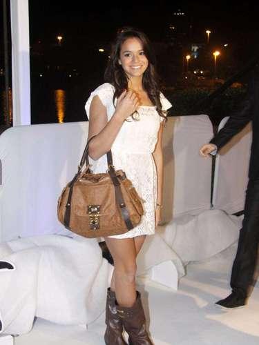 Em junho de 2011, Bruna mostrou mais uma vez seu estilo feminino e despojado ao usar um vestido branco de renda com bota rústica e bolsa grande. \