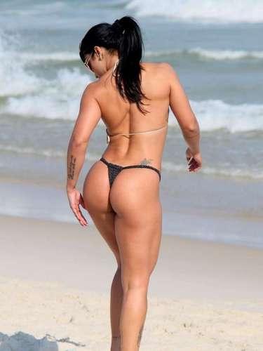 Maio 2013 -Dani Sperle chamou a atenção dos banhistas na praia da Barra da Tijuca, no Rio de Janeiro, nesta sexta-feira (3). Musa da escola de samba Acadêmicos do Tatuapé, a morena escolheu um biquíni fio-dental para relaxar na praia e acabou atraindo olhares