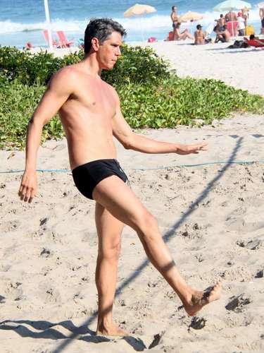 Márcio Garcia foi fotografado jogando futevôlei na praia da Barra da Tijuca, Rio de Janeiro, neste sábado (4). O ator mostrou a boa forma e também bastante habilidade no esporte