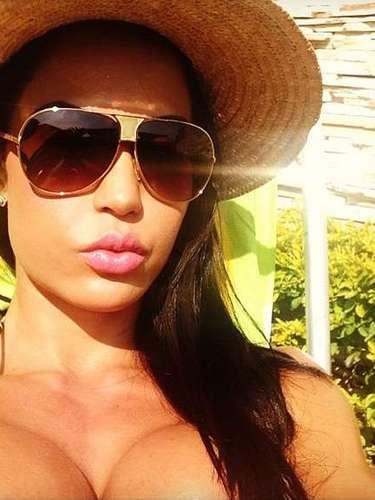 Gracyanne Barbosa aproveitou o domingo para tomar sol