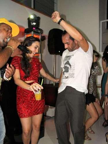 O ex-jogador Edmundo foi fotografado dançando funk com a filha Ana Carolina Sorrentino na festa de aniversário de 18 anos da menina, na noite deste sábado (4), no Rio de Janeiro. O atleta acompanhou os passos de Ana, rebolou e desceu até o chão