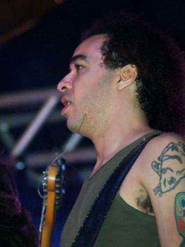 Filho adotivo do cantor Galvão, integrante do Novos Baianos, Peu havia tocado também nas bandas Dois Sapos e Meio e Nove Mil Anjos