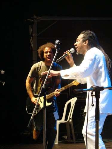 Peu Sousa toca ao lado do cantor Luiz Melodia