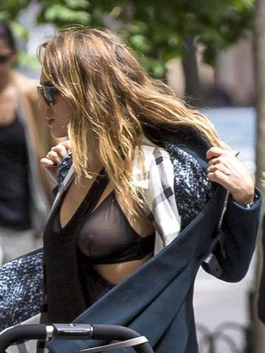 Jessica Alba passeava com as duas filhas, Honor, 4 anos; e Haven, 1 ano, em Nova York, quando decidiu tirar um dos casacos que usava e se atrapalhou. Como o sutiã usado por Jessica era transparente, ela acabou mostrando demais