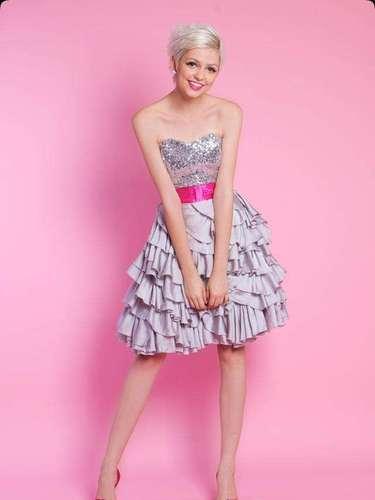 Vestidos curtos vêm ganhando espaço entre as debutantes. O rosa pink e corpetes de brilho são algumas das tendências da moda debutante. Vestido prata e pink, tomara que caia, da Arthur Caliman, a partir de R$ 1.700