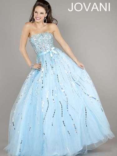 As especialistas apontam tons de rosa, lilás, roxo, nude e azul como cores em alta. Vestido tomara que caia azul claro com brilho, da Jovani, R$ 1.840, na Dstore