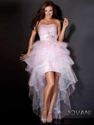 A saia mullet, mais curta na parte da frente também aparece entre as debutantes, especialmente em modelos de saia removíveis. Vestido tomara que caia rosa com saia mullet, da Jovani, R$1.210, na Dstore
