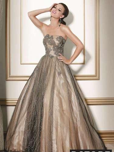 Bordados, apliques e rendas têm espaço na moda debutante. Vestido tomara que caia com renda, da Dstore, R$ 2.040