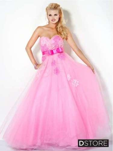 A fita de cetim marcando a cintura também aparece em diversos modelos. Vestido rosa tomara que caia, da Dstore, R$ 1.540