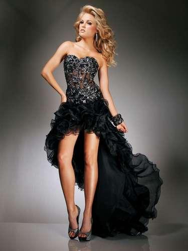 Apesar de ser considerada uma tendência datada por Aline, a saia mullet ainda conquista muitas debutantes. \