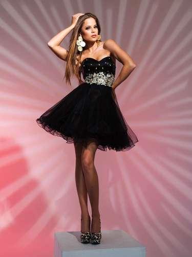 Os modelos curtos também vêm ganhando espaço na preferências das meninas. Segundo Aline, esse tipo de vestido ganhou espaço em eventos de gala. Vestido curto preto com saia de tule, da Tutti Sposa, a partir de R$ 1.000