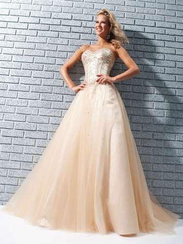 O nude aparece com força entre os vestidos de debutantes. Vestido nude tomara que caia com brilho, da Tutti Sposa, a partir de R$ 1.000