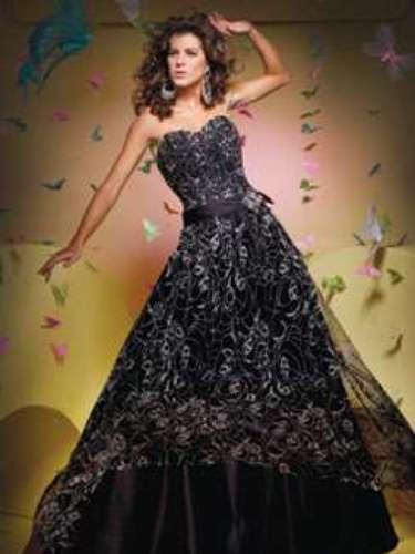 A sobreposição de tecidos é uma forma de brincar com a transparência e dar leveza a vestidos com saias volumosas. Vestido tomara que caia preto, da Tutti Sposa, a partir de R$ 1.000
