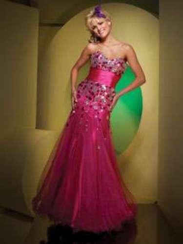 Os modelos menos volumosos costumam ser uma boa opção para o primeiro vestido da festa. Vestido pink tomara que caia, da Tutti Sposa, a partir de R$ 1.000
