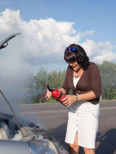 10 - Extintor de incêndio - Não esqueça de olhar sempre a validade do extintor de incêndio (geralmente são cinco anos). Andar sem extintor ou com ele fora da validade também da multa de R$ 127,69 e cinco pontos na carteira de habilitação