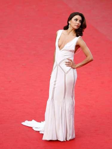 Em Cannes, no ano passado, ela fez pose de diva de novo, entortando a coluna. Por pouco, os seios na saltam para fora nesse decote V. É preciso muito sangue frio para encarar um tapete vermelho como ela faz