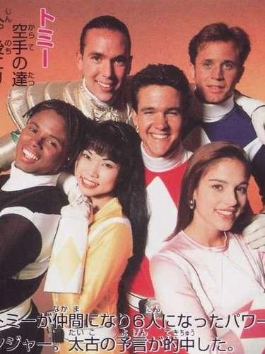 Este ano, asérie de TV Power Rangers completa 20 anos desde sua primeira exibição. Franquia da Saban Entertainment, hoje Saban Brands LCC, o programa foi sucesso imediato em todos os países para o qual foi vendido e impulsionou a importação de outras atrações. A série norte-americanautilizava cenas de lutas e batalhas da franquia japonesa Super Sentai, adicionando filmagens com atores norte-americanos no restante do roteiro, para incluir elementos da cultura e estilo de vida dos Estados Unidos