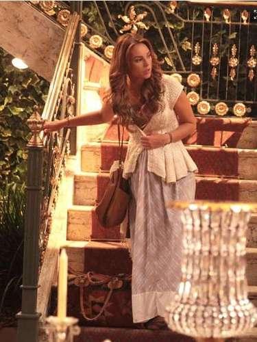Na fase hippie chic, Paloma (Paolla Oliveira) investe em vestido longo estampado e colete. O colete da personagem é da estilista Vanessa Montoro. Preço: R$ 1.890. Informações: (11) 3057-2412