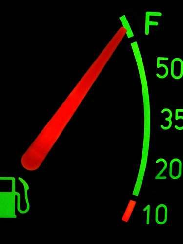 Combustível - Essa é fácil, mas não ignore ou confie demais na reserva. Vale lembrar que carro parado por falta de combustível é infração de trânsito, que prevê multa de R$ 85,13, quatro pontos na carteira de habilitação e guincho