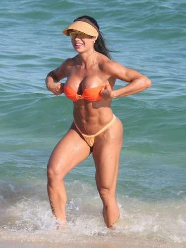 Junho de 2013 -Gracyanne Barbosa exibiu boa forma durante banho de mar na praia da Barra da Tijuca no dia 1º