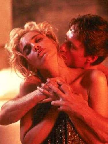 Instinto Selvagem Oinvestigador Nick Curran (Michael Douglas) acaba caindo em tentação e acaba na cama com Catherine Tramell (Sharon Stone), a principal suspeita de um assassinato. No meio da transa a moça revela seu lado dominadora, amarrando o policial e controlando tudo por cima dele