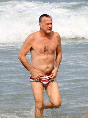 Junho 2013 -Pedro Bial aproveitou o sol no dia 8 de junhopara ir à praia com a família, no Leblon, zona sul do Rio de Janeiro. Com uma sunga estampada, o apresentador relaxou na areia, além de nadar e brincar com o filho, José Pedro