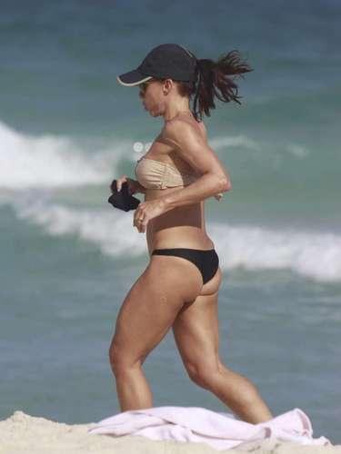 Junho 2013-Carla Marins, 45 anos, não descuida da saúde nem mesmo no fim de semana. Neste domingo (9), a atriz foi clicada enquanto corria na praia da Barra da Tijuca, zona oeste do Rio de Janeiro, exibindo boa forma física. Depois do exercício, Carla relaxou no mar com o marido, Hugo Baltazar
