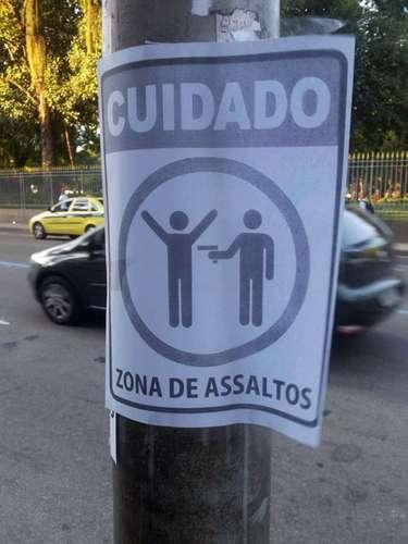 Cartaz colado em poste próximo ao Arquivo Nacional e à Praça da Republica no Rio de Janeiro (RJ) alerta os pedestres para alto índice de assaltos na região