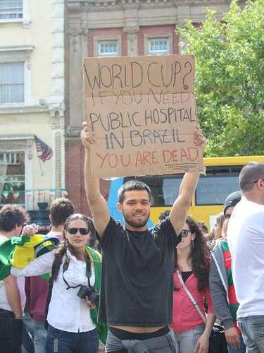 16 de junho -Jovem segura faixa em protesto à Copa do Mundo de 2016