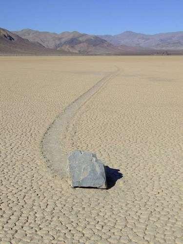 O professor Ralph Lorenz, um cientista planetário, crê que essas rochas ficam envoltas em gelo durante o inverno, então quando o leito do lago derrete e se torna lamacento, o gelo permite às pedras \