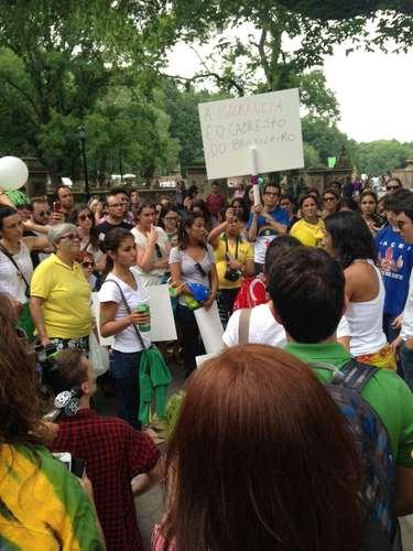 16 de junho -Manifestantes foram às ruas com cartazes e bandeiras brasileiras