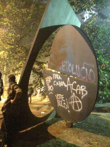 17 de junho - Monumento foi pichado durante manifestação no Rio de Janeiro