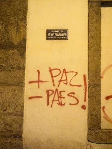 17 de junho - Muro pichado lembra o prefeito Eduardo Paes: \