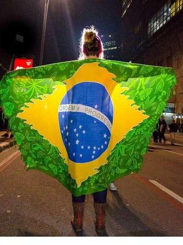 17 de junho - Jovem se enrola em canga com a bandeira do Brasil durante protesto na avenida Paulista