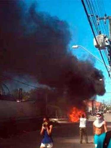 Um carro da Autarquia Municipal de Trânsito de Fortaleza também foi queimado durante os conflitos