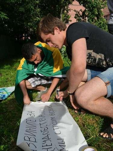 18 de junho - Brasileiros fizeram cartazes para participar do ato
