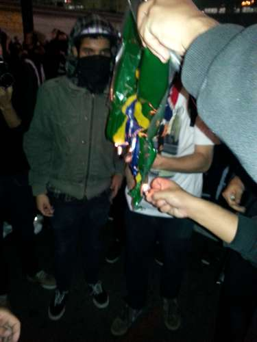 20 de junho Manifestantes protestam nas ruas de São Paulo por mudanças sociais. Alguns jovens queimaram uma bandeira do Brasil, e estações de metrô ficaram lotadas. O comércio havia fechado mais cedo durante a tarde