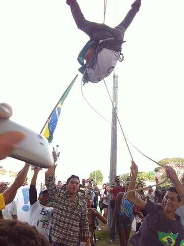 22 de junho -Manifestante desce de rapel durante protesto