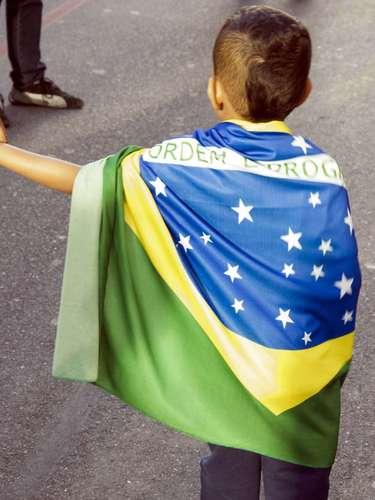 22 de junho - Criança envolta na bandeira brasileiracaminha na avenida Paulista em passeata contra a PEC 37, que acaba com o poder de investigação do Ministério Público