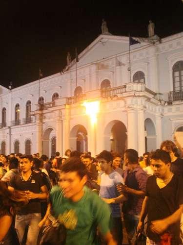 24 de junho -Um manifestante jogou um coquetel molotov (artefato incendiário) no prédio da prefeitura de Belém, nesta segunda-feira, enquanto um protesto era realizado em frente ao local