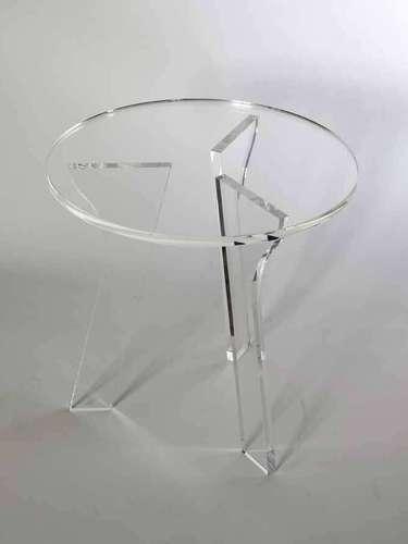 A mesa Tripe é feita de acrílico transparente 20 mm. À venda na Estar Móveis, em São Paulo